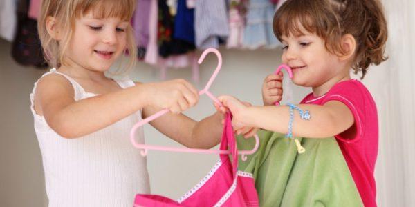 Enfant choisi ses vêtement